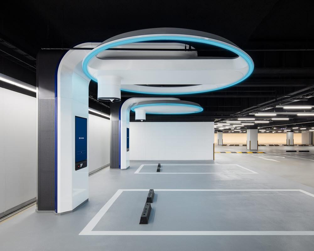 현대차가 지난해 11월 현대 모터스튜디오 고양에 구축한 초급속 충전기 2기..