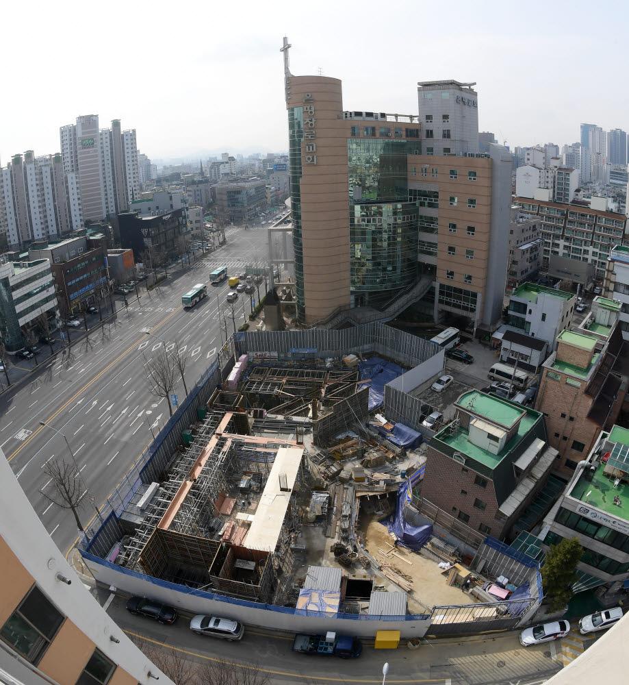 현대자동차가 3분여 동안 100㎞, 5분에 200㎞ 충전이 가능한 전기차 초급속 충전소를 올해 상반기 안에 서울에서 오픈한다. 20일 서울 강동구에 위치한 충전소 건설 현장. 이동근기자 foto@etnews.com