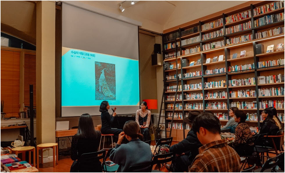 17일 저녁 서울 선릉역 최인아 책방에 모인 전국 미술대학 학생이 각자 자신의 졸업작품에 대해 설명하고 있다.