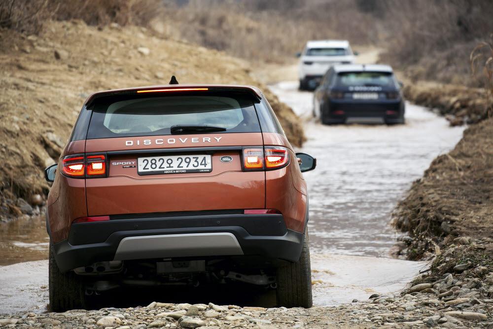 오프로드 시승에서 2회에 걸쳐 수로를 지났으나 차량 내로 유입되는 물은 없었다. 차량에도 문제가 발생하지 않았으며 물속에 진흙이 있었지만 부드럽게 앞으로 나아갔다.