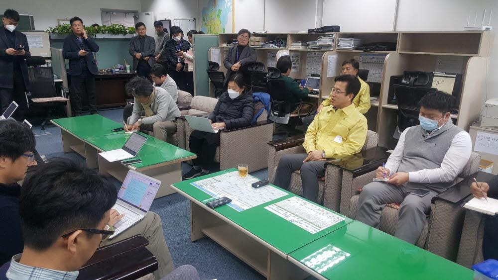 허태정 대전시장(사진 오른쪽에서 두번째)이 21일 대전시청 기자실에서 신종 코로나바이러스 감염증 1차 검사에서 양성 반응이 나와 격리됐던 대전시민 2명이 2차 검사에서 음성 판정을 받았다고 밝히고 있다.
