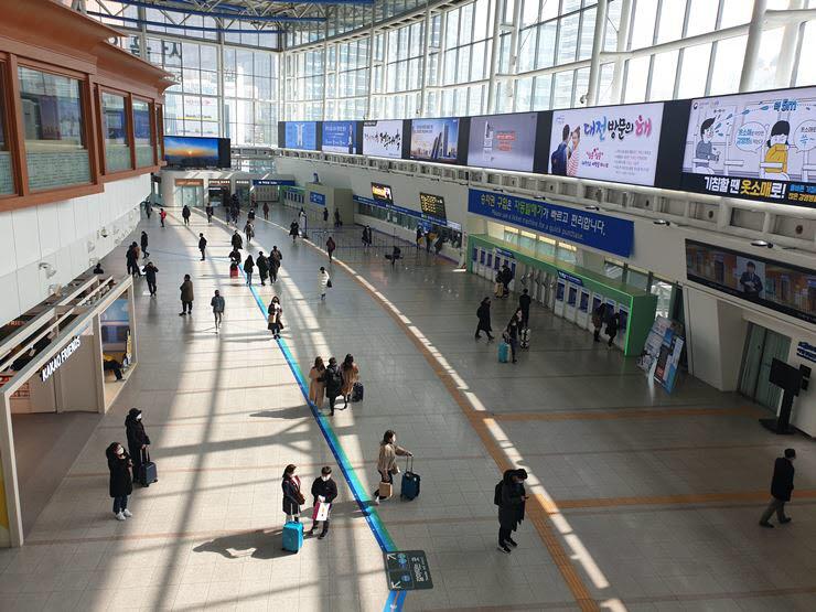 코로나19가 급격히 확산되면서 주말인 22일 낮 12시 서울 용산구 서울역이 한산하다.