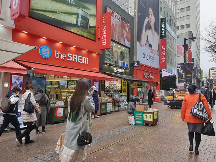 코로나19가 확산된 주말 22일 오후 서울 명동거리가 한산하다.