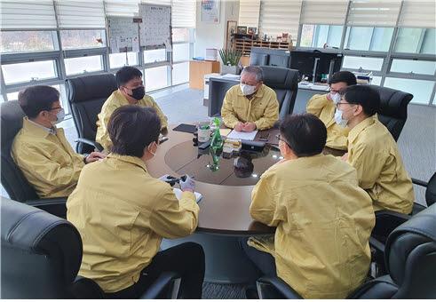 서판길 한국뇌연구원장이 관계자들을 긴급 소집해 코로나19 비상대책회의를 주재하고 있다.