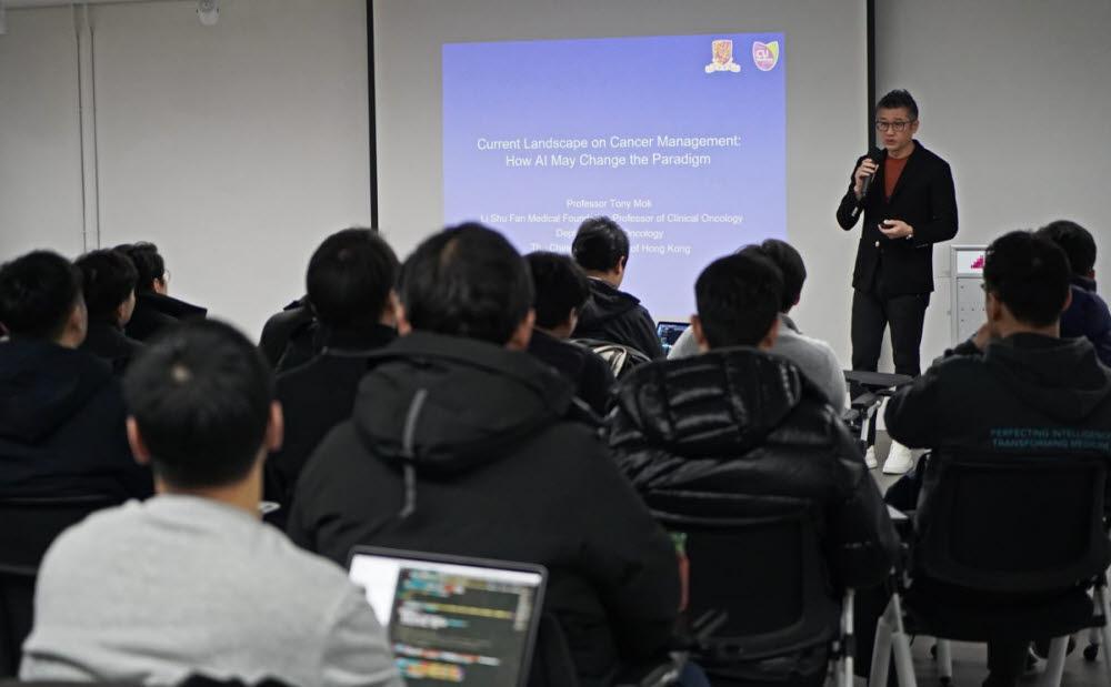 토니 목 교수가 루닛 임직원들에게 인공지능과 암 치료에 관한 특별강의를 진행했다. (사진=루닛)