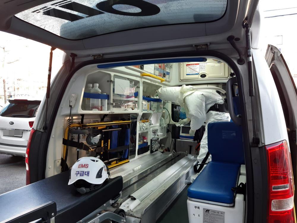 (광주=연합뉴스) 25일 오후 광주 북부소방서에서 수시로 코로나 19 의심환자를 이송하는 구급차를 전문업체 가 소독하고 있다. 2020.2.25 [광주 북부소방서 제공. 재판매 및 DB금지] pch80@yna.co.kr