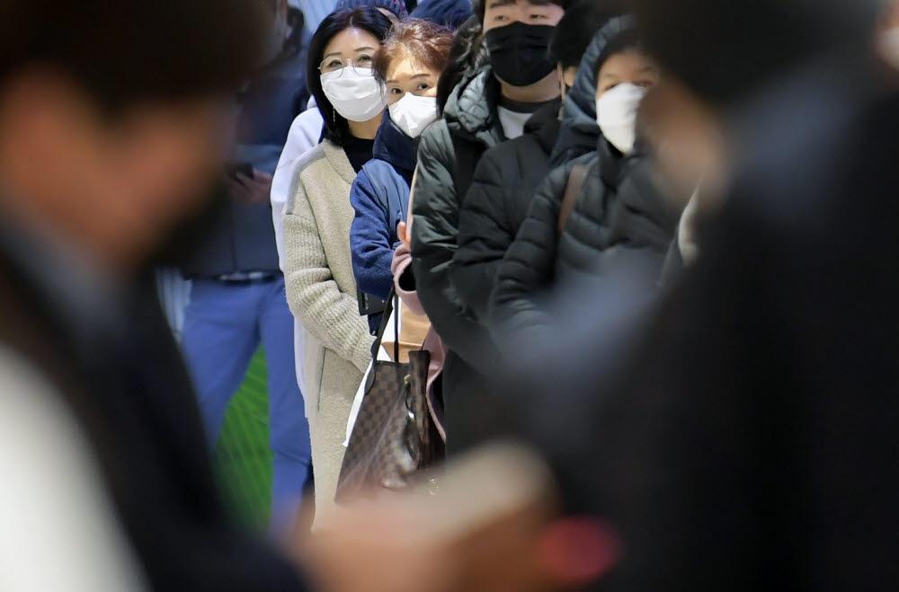 시민들이 마스크 구매 순서를 기다리고 있다.