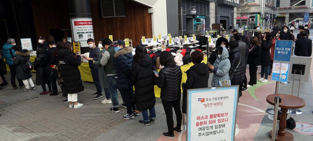 마스크를 구매하려는 시민들이 백화점 개장을 기다리고 있다.