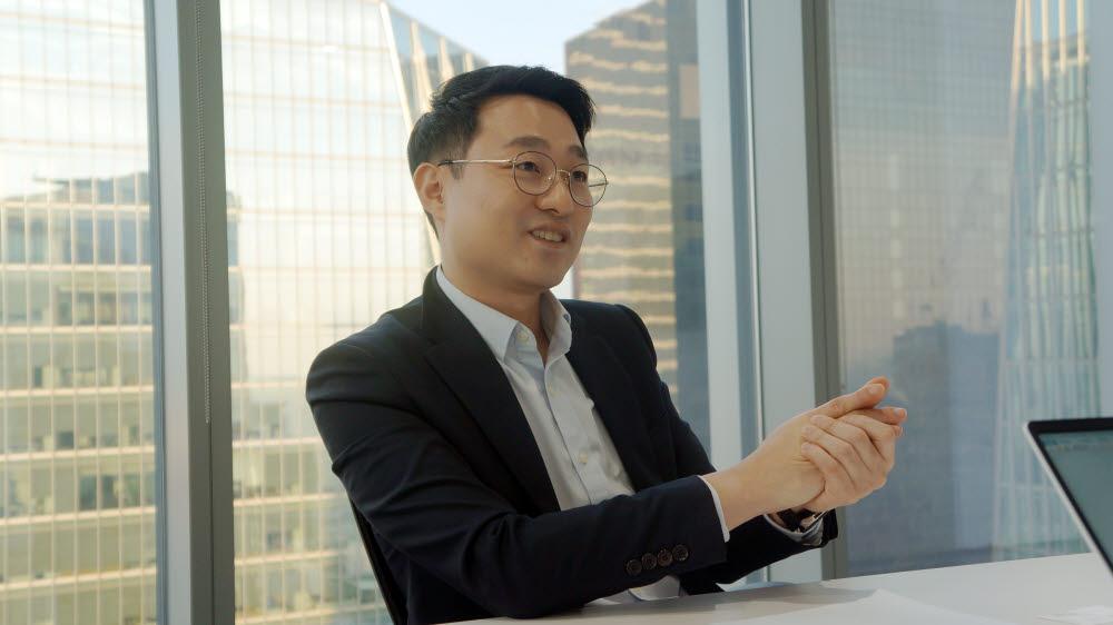 서정욱 TUV SUD 코리아 대표가 서울특별시 영등포구 IFC 빌딩 지사에서 인터뷰하고 있다.