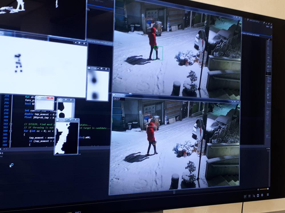 딥뷰를 통해 CCTV 쓰레기 투기 영상을 분석하는 모습