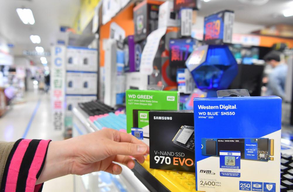 PC 주요부품 중 SSD공급이 원활하지 않아 가격 상승으로 이어지고 있다. 삼성전자, 웨스턴 디지털, 마이크론 등 주요 제조사 SSD 가격이 연초 대비 상승세를 보였다. 10일 서울 용산전자상가 PC조립 매장에 SSD 카드가 진열돼 있다.<br />박지호기자 jihopress@etnews.com