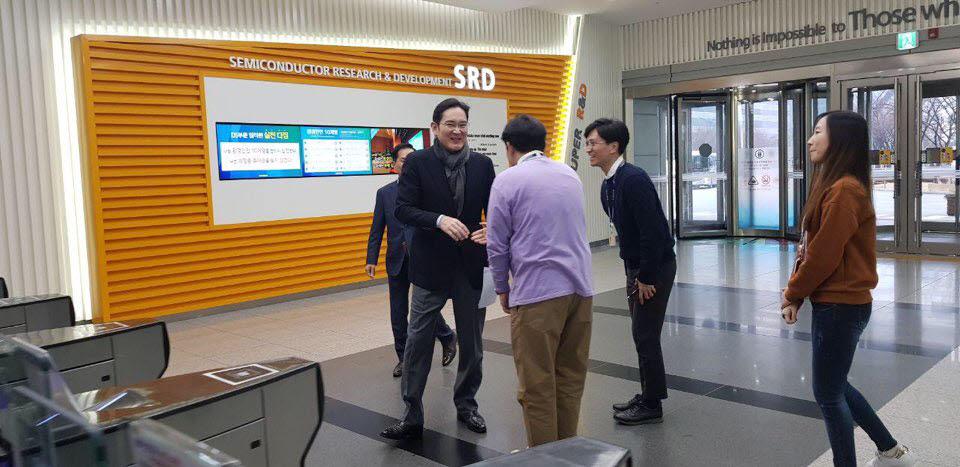 이재용 삼성전자 부회장이 2일 반도체연구소를 방문한 자리에서 직원과 인사를 나누고 있다.(사진: 삼성전자)