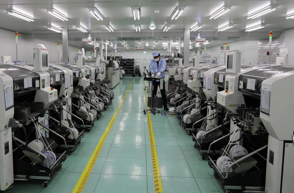 신규 공장 내 표면실장기술(SMT) 설비 라인