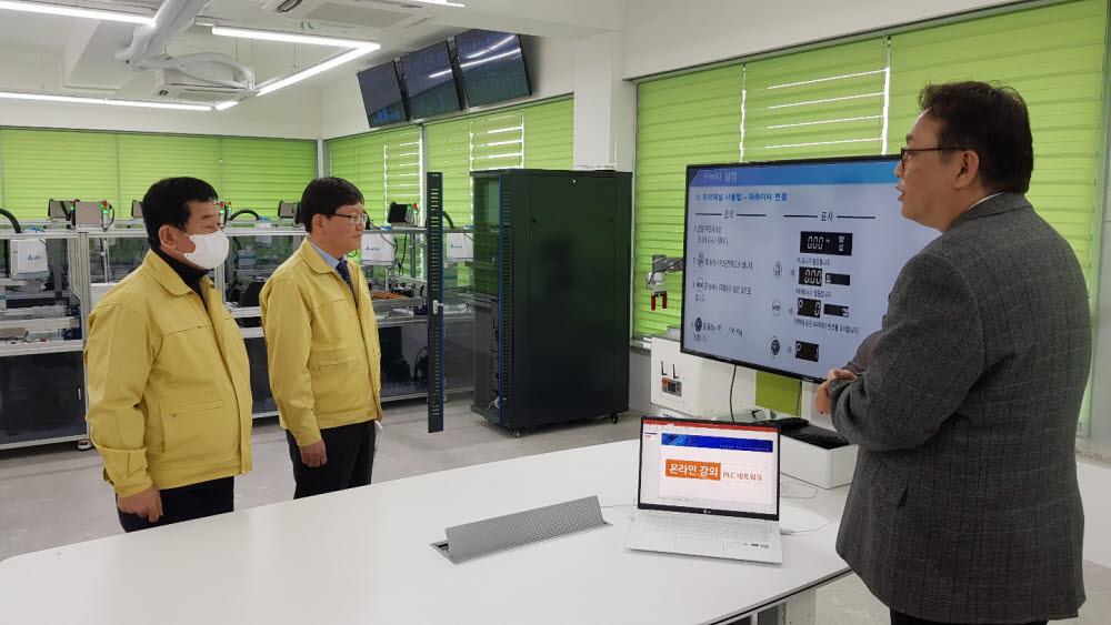 임서정 고용노동부 차관(가운데)은 19일 서울 용산구 한국폴리텍대학 서울정수캠퍼스를 방문, 이석행 폴리텍이사장(왼쪽)과 함께 코로나19 관련 학사 운영 상황과 재택 수업 계획을 점검하고 비대면 수업을 참관했다