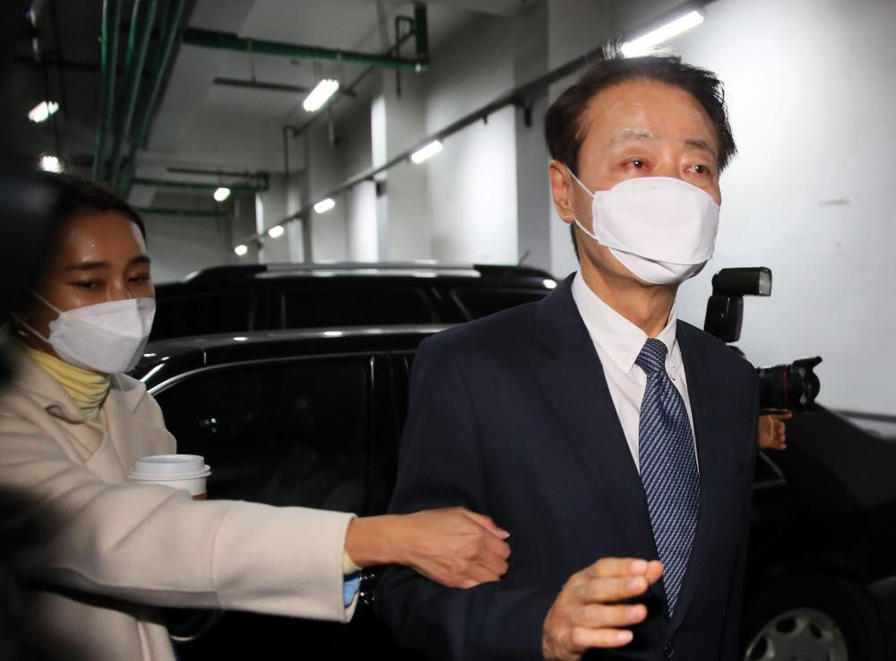 한선교 미래한국당 대표가 19일 서울 영등포구 당사에 도착, 비례대표 공천에 항의하는 미래통합당 중앙위원회 관계자들을 피해 지하주차장 엘리베이터로 향하고 있다.