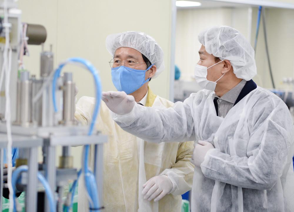 성윤모 산업부 장관(왼쪽)은 지난 9일 보건용 마스크를 생산하는 아텍스를 방문해 마스크 필터 긴급수급조정명령이 현장에서 제대로 작동되는지 점검했다.