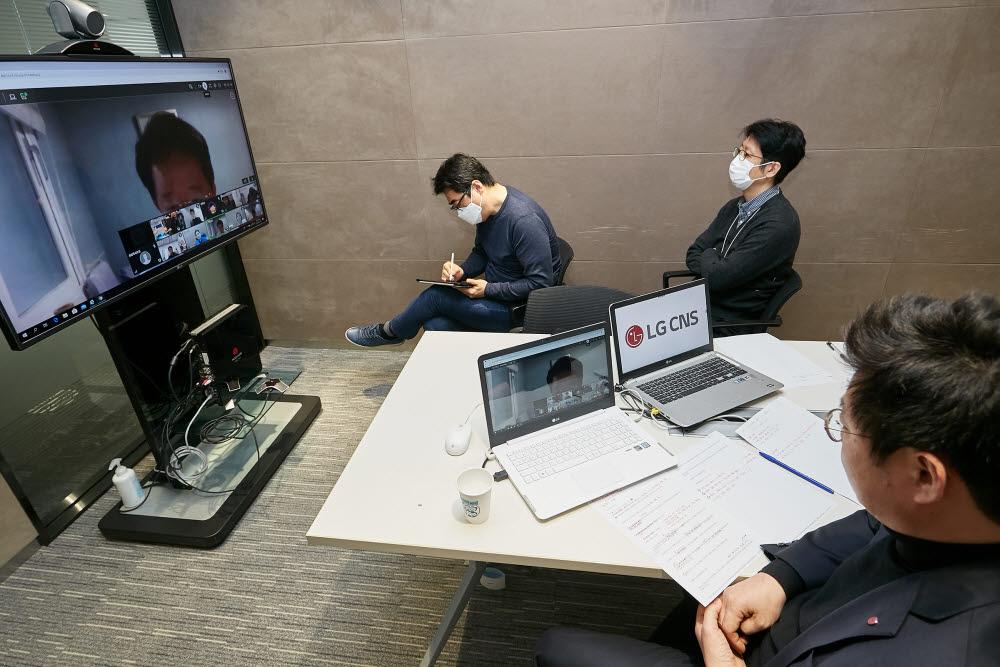 진충렬 LG CNS 공공사업전략단장(맨 오른쪽)과 LG CNS 관계자가 원격지개발 긴급 좌담회 화상 회의를 경청하고 있다. LG CNS 제공