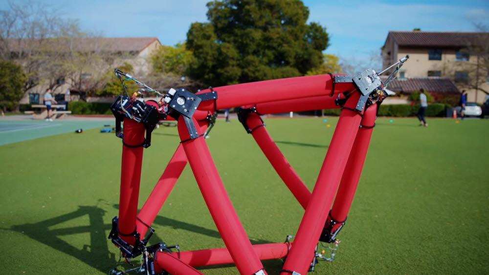 스탠퍼드대 연구진이 개발한 대형 소프트로봇.<사진=스탠퍼드대 유튜브>