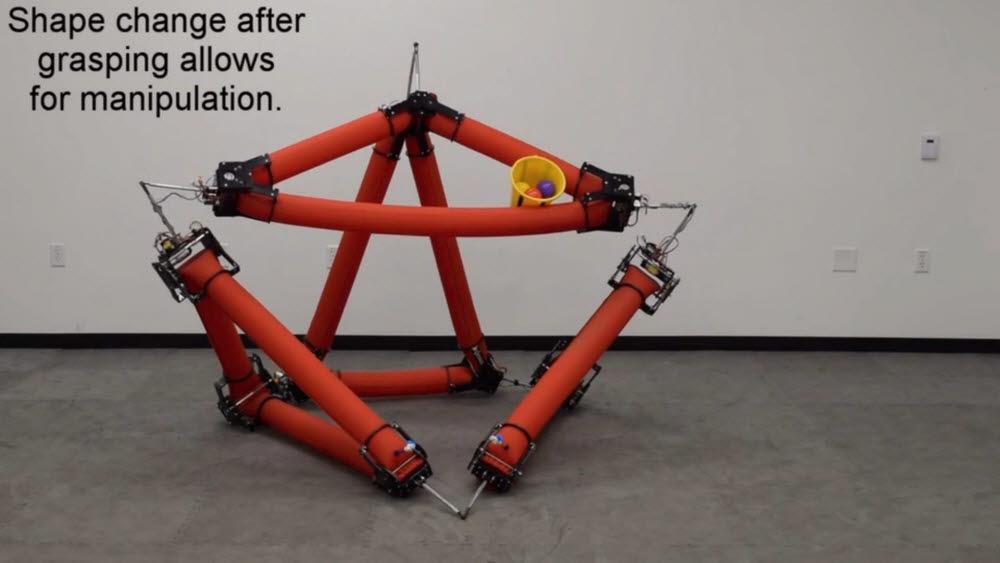 스탠포드 대학 연구진이 개발한 소프트 로봇이 바구니를 쥐고 있다. <사진=스탠포드대 로봇 소개 영상 갈무리>