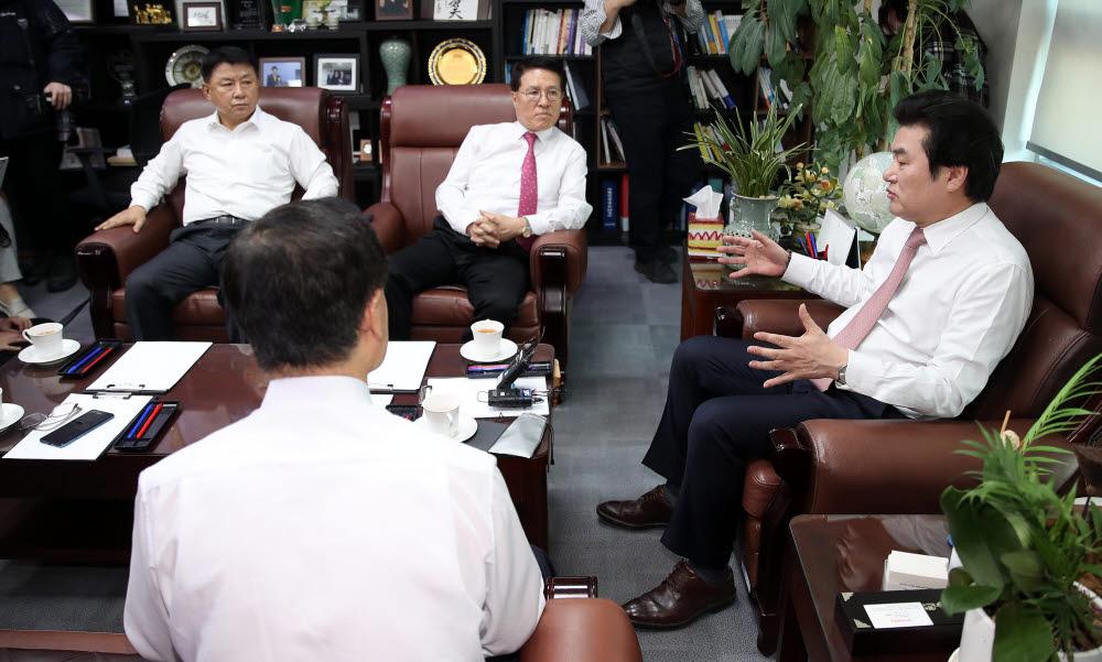 원유철 미래한국당 대표가 23일 오후 여의도 국회 의원회관 의원실에서 열린 최고위원회 간담회에서 최고위원들과 대화하고 있다.