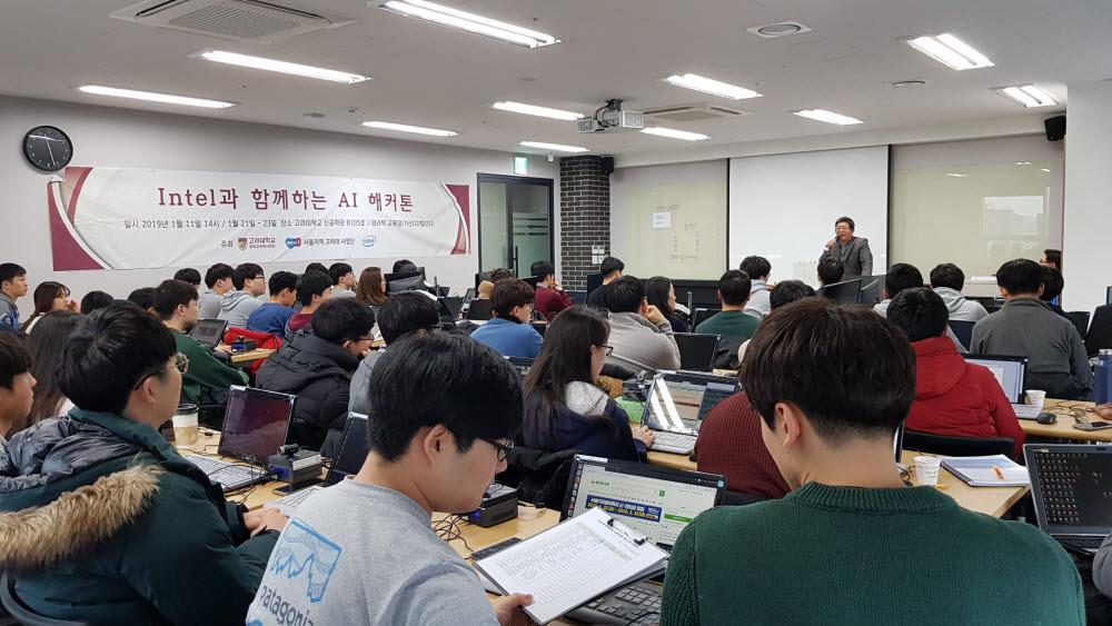 테라텍 T센터 인공지능(AI) 교육현장 학생들이 공영삼 테라텍 대표 인사말을 전해듣고 있다.