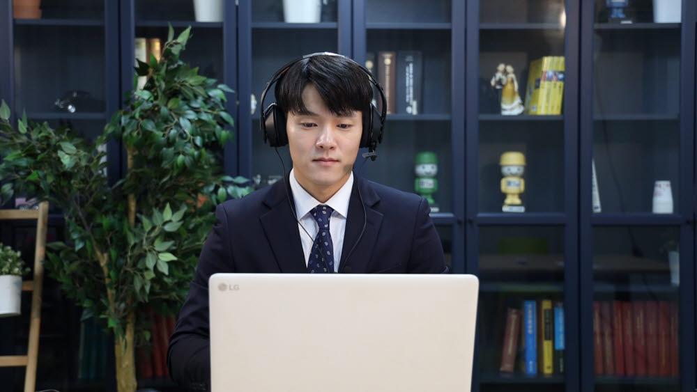 AI역량검사에 응시한 면접자가 노트북 모니터 화면을 응시하고 있다. 마이다스인 제공