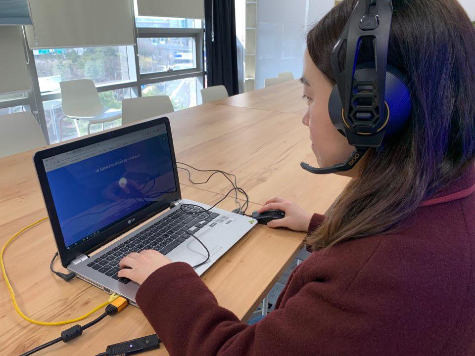 기자가 AI역량검사에 응시하고 있다. 노트북과 마우스, 헤드셋만 있으면 언제 어디서든 응시 가능하다.