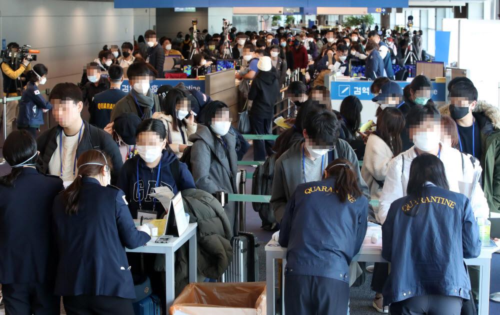 정부가 코로나19의 유입을 막기 위해 모든 입국자에 특별입국절차를 적용하기 시작했다. 19일 오전 독일 프랑크푸르트 등에서 출발해 인천국제공항 1터미널에 도착한 탑승객들이 검역소를 통과하기 위해 줄을 서있다. 연합뉴스