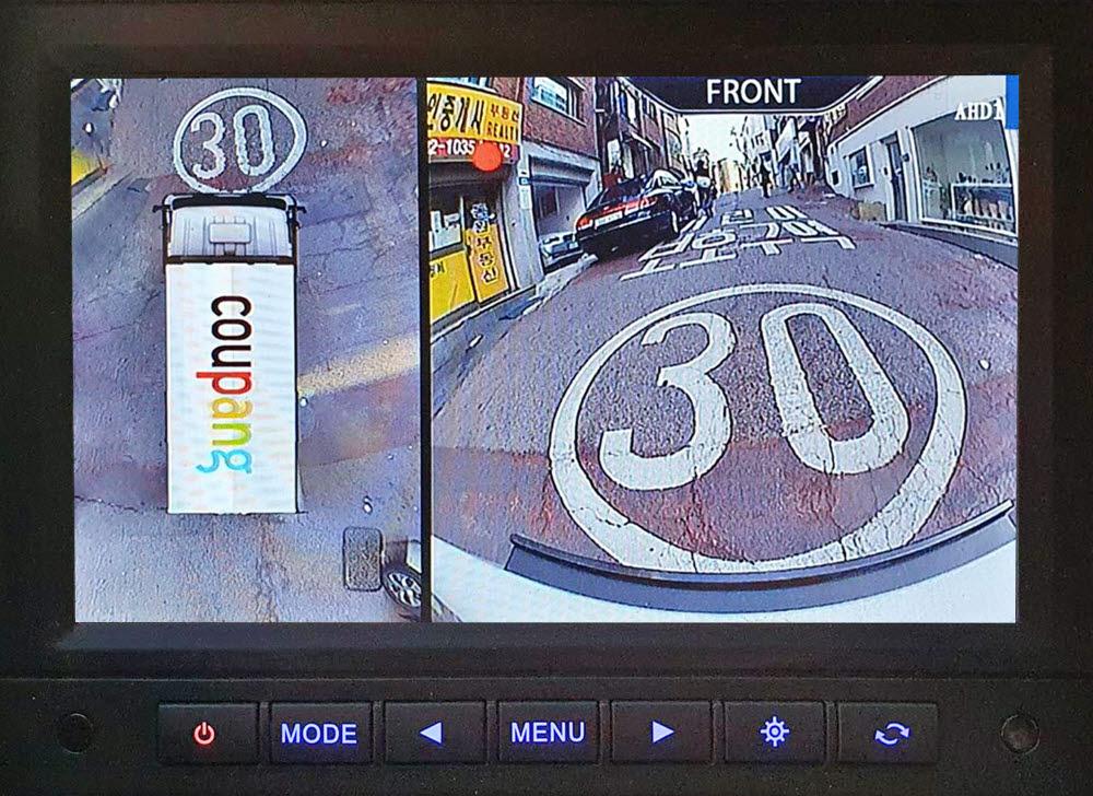 쿠팡 배송차량에 설치된 어라운드 뷰 화면.