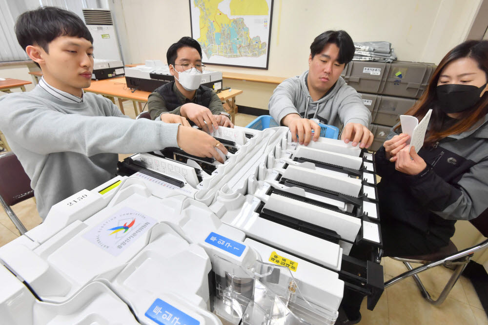 4·15 총선을 앞두고 중앙선거관리위원회가 투·개표 관리 준비에 들어갔다. 서울 종로구선관위에서 직원들이 정확한 개표를 위해 투표지 분류기를 점검하고 있다. 박지호기자 jihopress@etnews.com