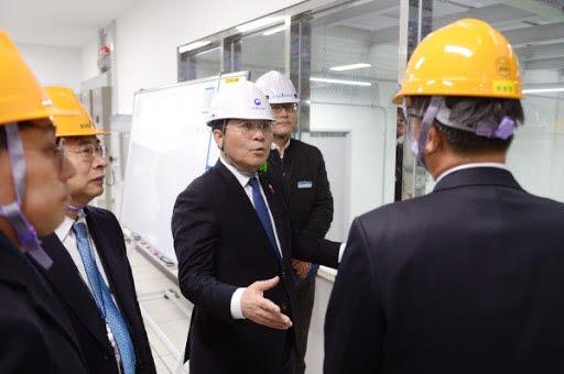 성윤모 산업통상자원부 장관이 솔브레인 공주 신공장을 둘러보고 있다. <사진=산업통상자원부>