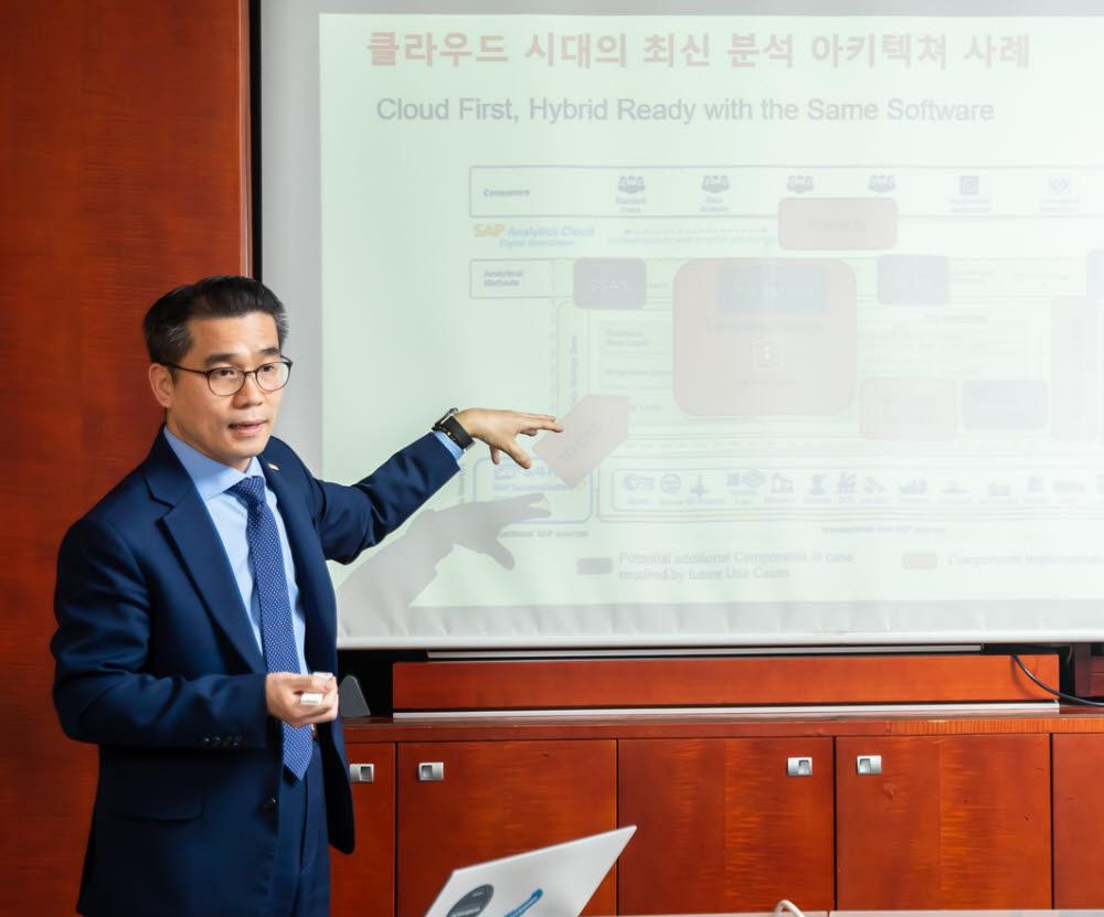 김희배 테라데이타 한국지사장이 사업 전략을 밝히고 있다. 테라데이타 제공