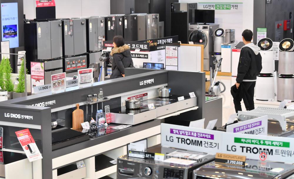 LG베스트샵 강남본점에서 고객들이 제품을 살펴보고 있다.
