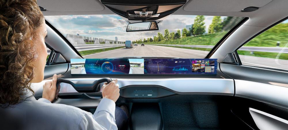 미래 커넥티드카 콕핏. 고성능 차량 컴퓨터는 차량 내부에 대형 커브드 디스플레이 등이 탑재된 새로운 조작 개념을 구현할 전망이다.