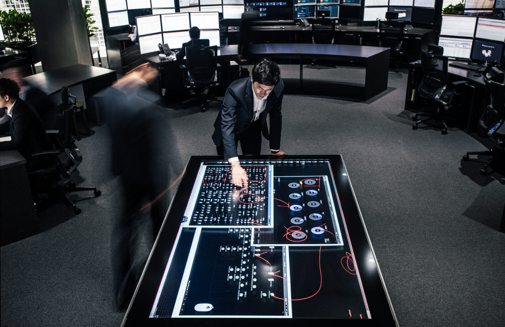 미국지사 IT 직원이 멀티터치 스마트테이블을 통해 시스템 운영 테스트를 하고 있다.