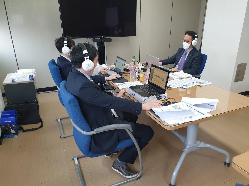대학에서는 하울링을 막기 위해 헤드폰을 착용하고 대학 사무실에 앉아 발표를 진행했다. 사진은 대학 발표자들의 모습