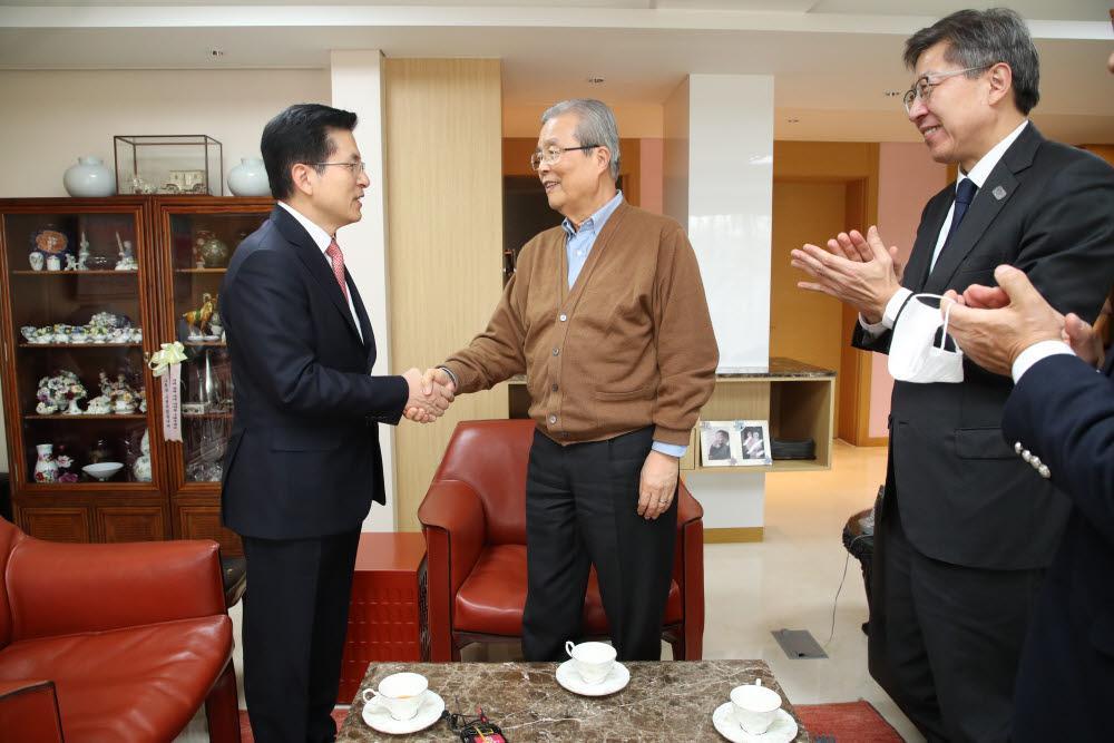 김종인 전 더불어민주당 비상대책위원회 대표(오른쪽)와 황교안 미래통합당 대표(왼쪽)