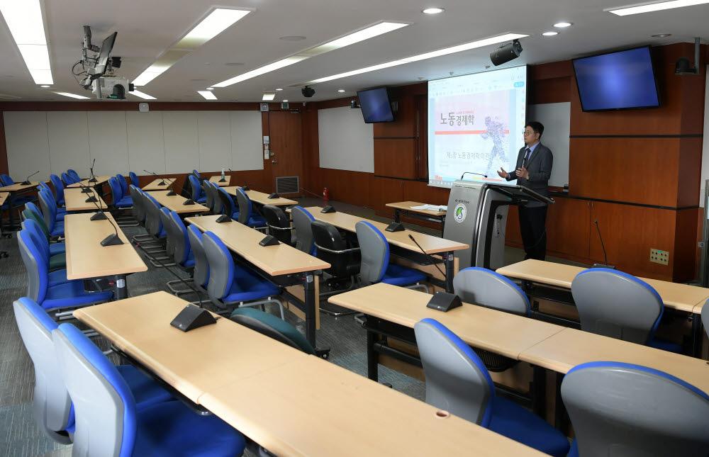 조준모 성균관대 교수가 온라인 강의를 녹화하고 있다. 사진:이동근 기자