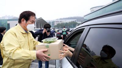 용인시, 시청에서 친환경 농산물 '드라이브 스루' 마켓 열어