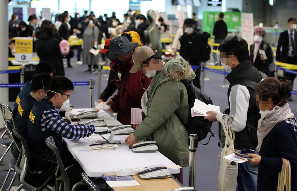 정부가 코로나19의 유입을 막기 위해 모든 입국자에 특별입국절차를 적용하기 시작했다. 19일 오전 독일 프랑크푸르트 등에서 출발해 인천국제공항 1터미널에 도착한 탑승객들이 검역소를 통과하기 위해 줄을 서있다.<br />연합뉴스