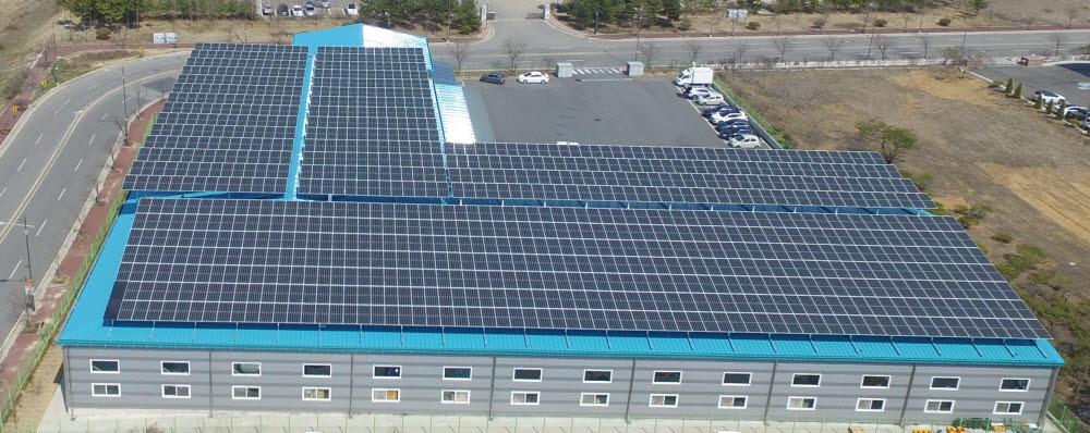 태양광 설치 시공 전문업체 포엠에너지의 산업단지 공장 지붕형 태양광발전사업 모습.