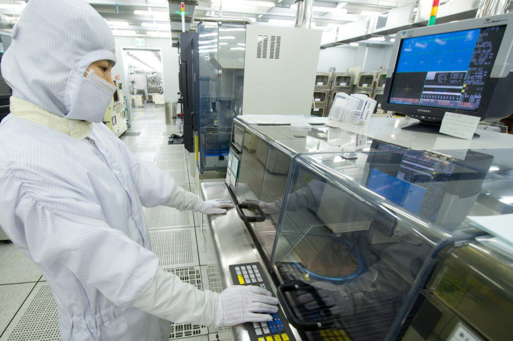 매그나칩 직원이 구미 공장에서 제품을 살펴보고 있는 모습(자료: 매그나칩)