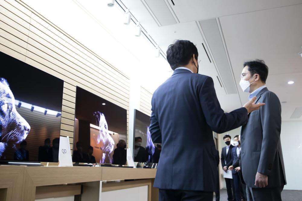 이재용 삼성전자 부회장이 19일 삼성디스플레이 아산사업장에서 QD디스플레이를 살펴보고 있다.