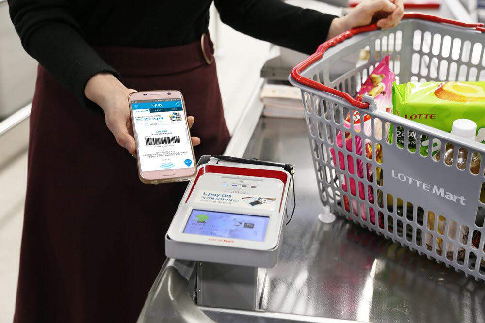 고객이 롯데마트에서 간편결제 서비스 엘페이를 사용하고 있다.