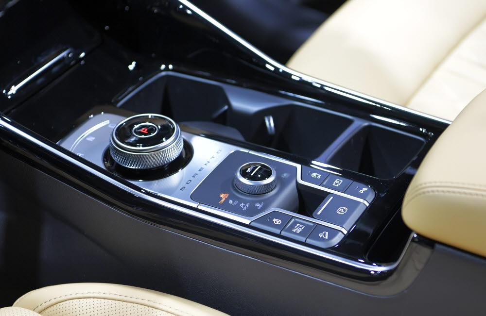 기아자동차 4세대 쏘렌토. 전자식 변속기가 적용됐고 주행모드로 에코, 스마트, 컴포트, 스포츠를 지원한다.