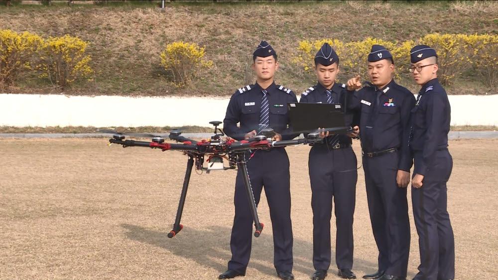 조동현 공군사관학교 교수가(오른쪽 두 번째) 생도들에게 드론 임무형 교육을 진행하고 있다.