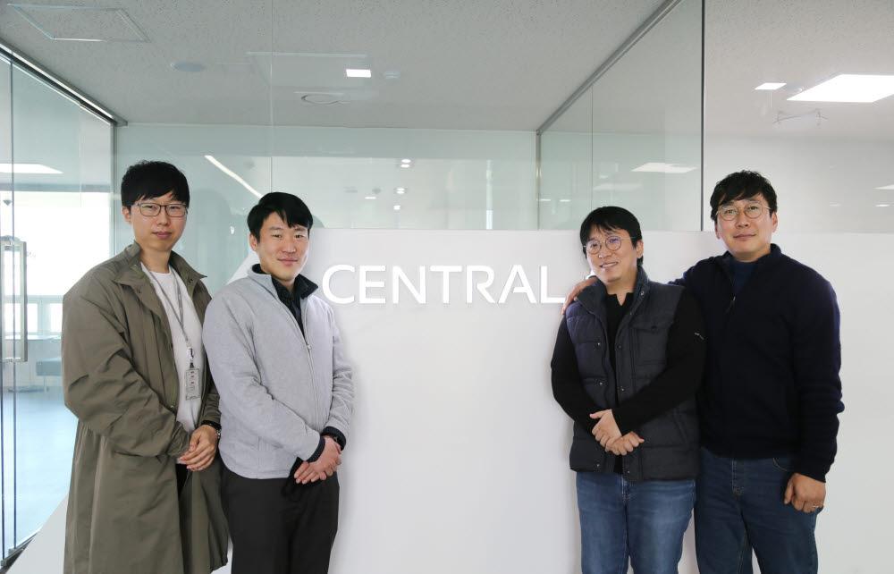 센트랄 미래기획팀 성동선, 장병현, 이동엽, 이재준 팀원(사진 왼쪽부터)이 RPA 현장을 소개한 후 기념촬영했다.