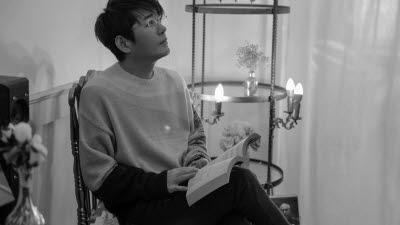 {htmlspecialchars([엔터테인&] 신승훈 '발라드 황제' 재위 30년…최애곡은 '미소 속에 비친 그대')}