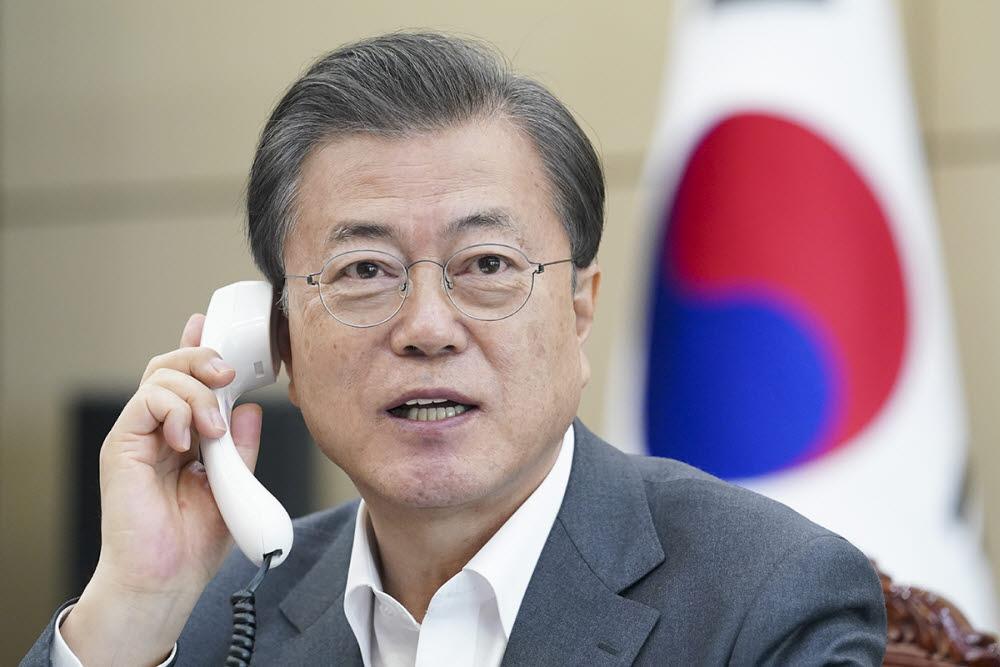문재인 대통령이 6일 테드로스 WHO 사무총장과 통화하고 있다. 청와대 제공