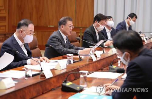 문재인 대통령이 8일 청와대에서 4차 비상경제회의를 주재하고 있다. 연합뉴스